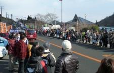 前回大会(2日往路)<br /> <br /> 2日(往路)の様子です。<br /> 沿道には、各大学ののぼりが設置され、道路の両側はたくさんのお客様でいっぱいです。